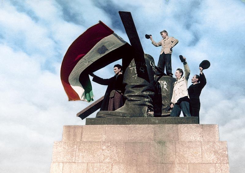 1956. október 24. A ledöntött Sztálin szobornál